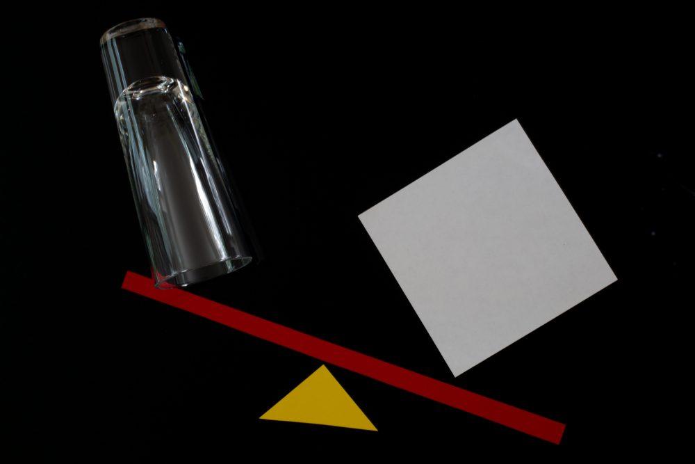 Bauhaus Form Farbe schwarz weiss rot gelb Dreieck Quadrat Waage